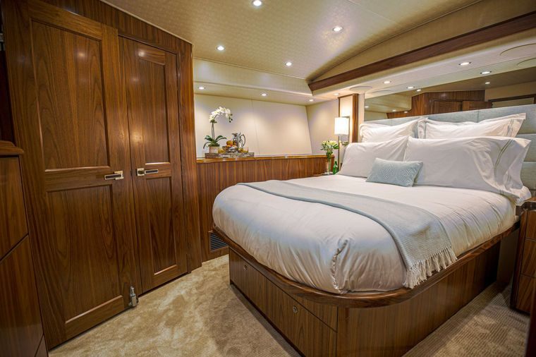 SPECULATOR 92 Yacht Charter - Queen Stateroom
