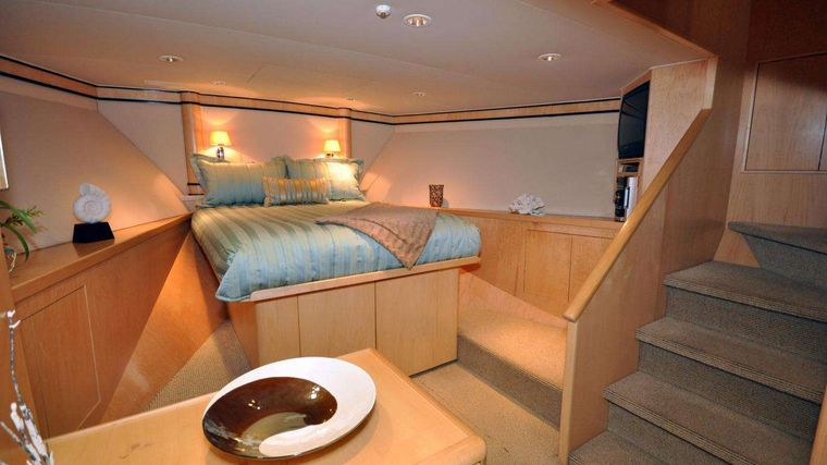 LUCKY STARS Yacht Charter - VIP Queen guest stateroom forward