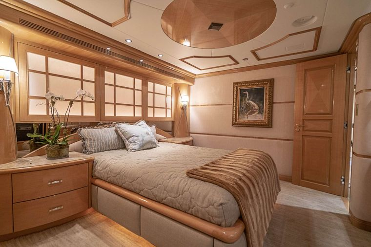 REFLECTIONS Yacht Charter - Queen guest stateroom 2