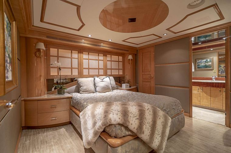 REFLECTIONS Yacht Charter - Queen guest stateroom 1