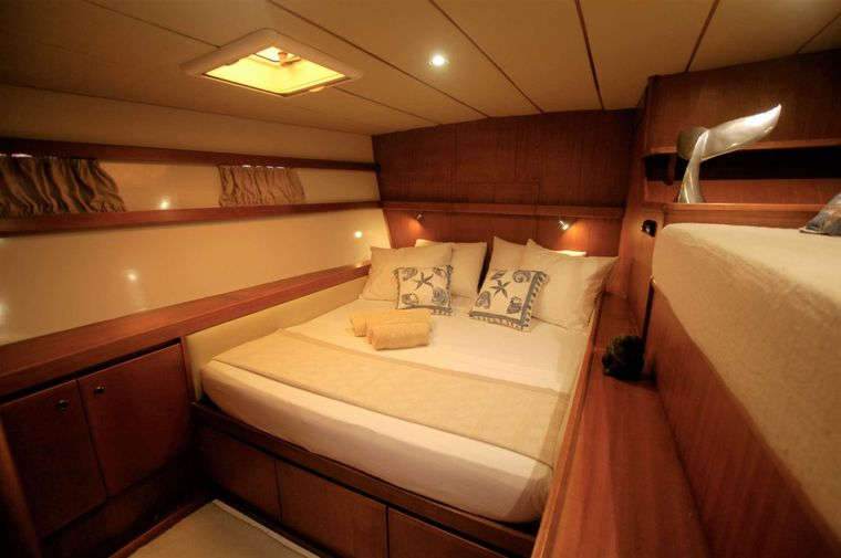 LONESTAR Yacht Charter - Four double and 2 twin cabins