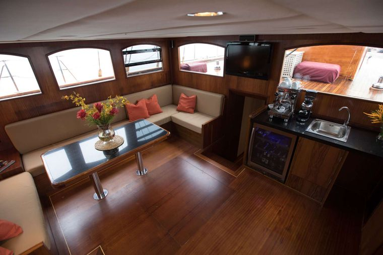 ORIENT PEARL Yacht Charter - Salon located amidships