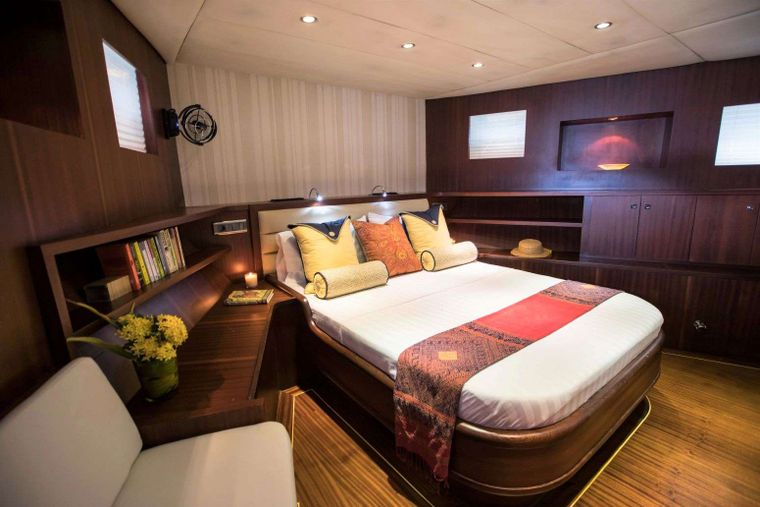 ORIENT PEARL Yacht Charter - Master suite with seating