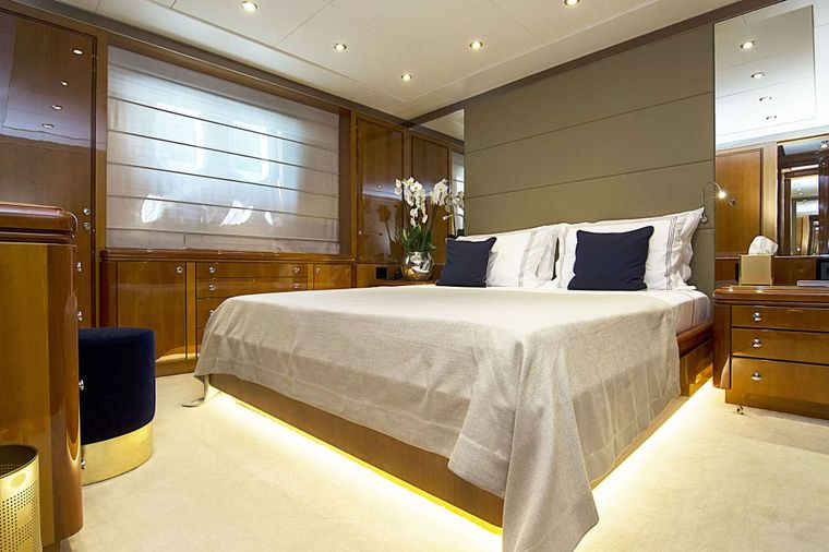 INVADER Yacht Charter - VIP II Suite
