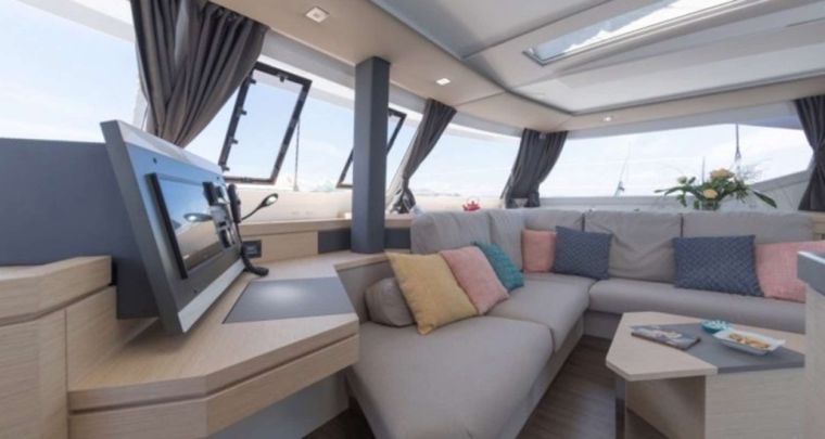 SeaU Yacht Charter - Bright and spacious saloon
