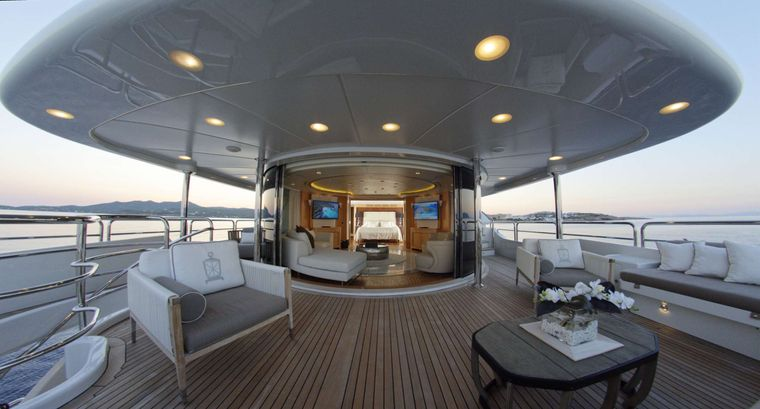 GRANDE AMORE Yacht Charter - Bridge Deck SKYLOUNGE & 2nd Master cabin - 2nd Master cabin can be totally separated from the Skylounge