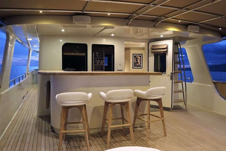 DOUBLEYOU Yacht Charter - Fly Bridge Bar with Grill