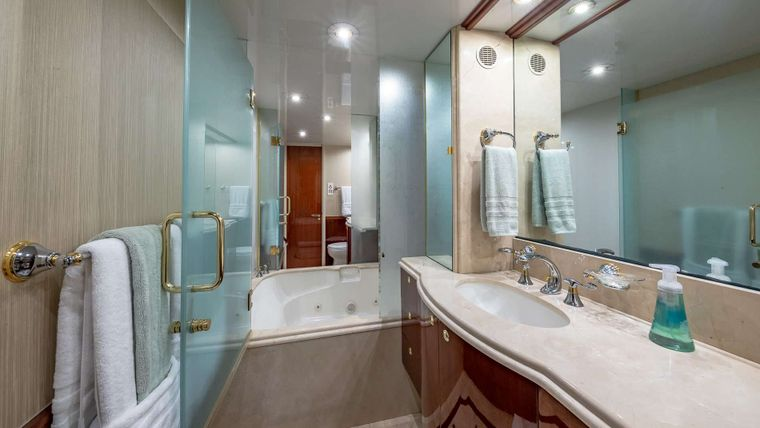 IV TRANQUILITY Yacht Charter - Master ensuite