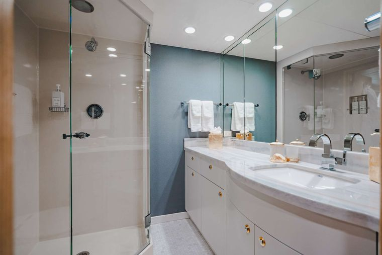 CRESCENDO IV Yacht Charter - Stbd Guest Ensuite