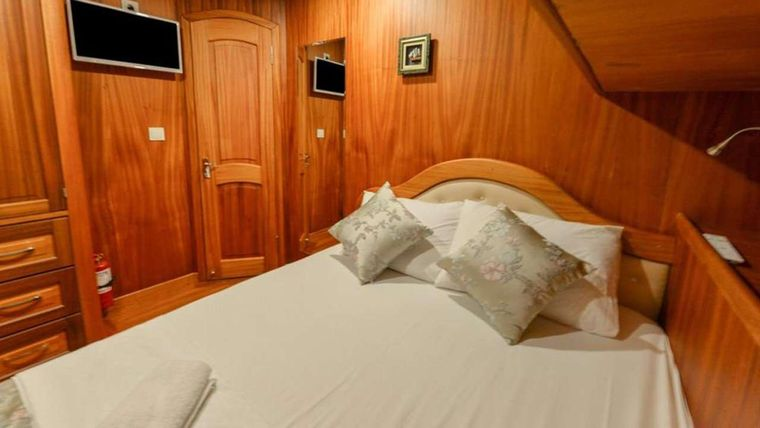 SEA BREEZE Yacht Charter - Master Cabin Bed
