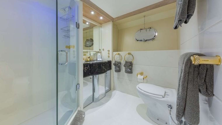 LADY S Yacht Charter - Queen Ensuite Bathroom