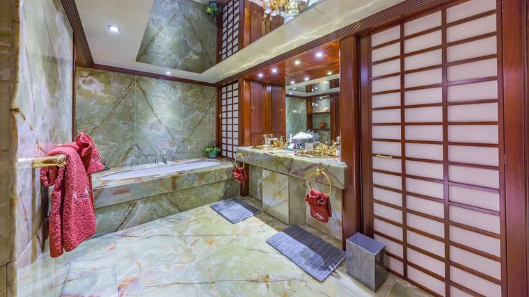 LADY S Yacht Charter - Master Ensuite Bathroom