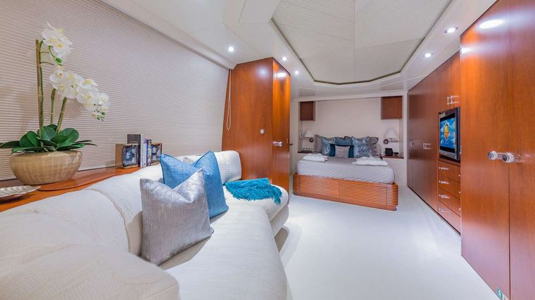 LADY S Yacht Charter - Queen Guest Cabin