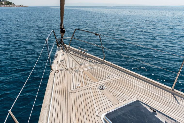 LUNULATA Yacht Charter - Heading into calm waters