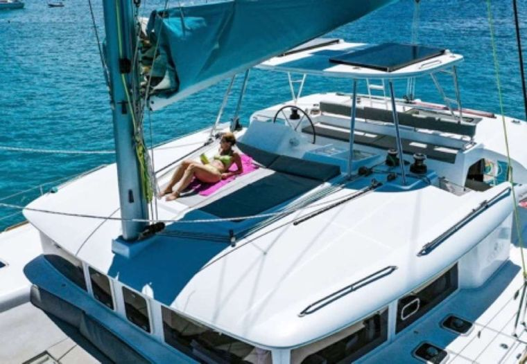 MAKIN' MEMORIES (Cat) Yacht Charter - Sundeck