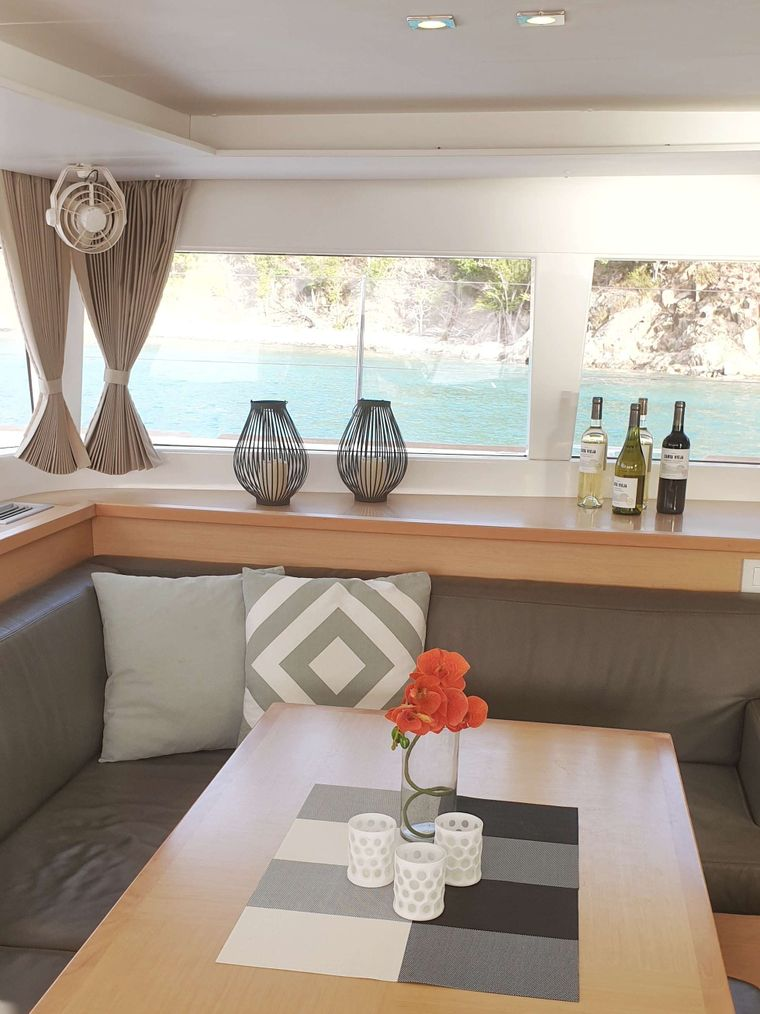MISS SUMMER Yacht Charter - Saloon seating