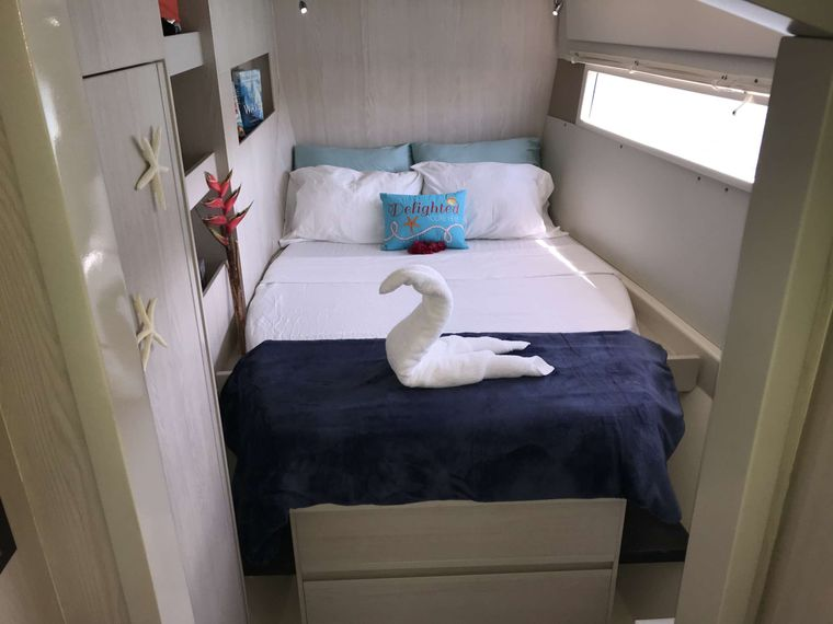SOMEWHERE HOT Yacht Charter - Aft port guest queen suite