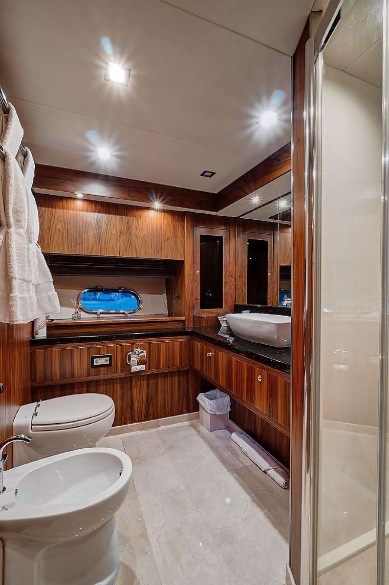 SPLASHED OUT Yacht Charter - Ensuite bath