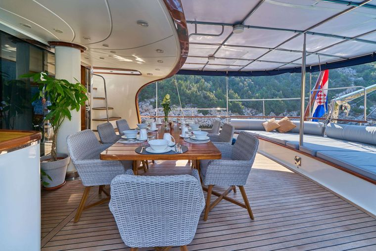 LOTUS Yacht Charter - Aft dining & lounge