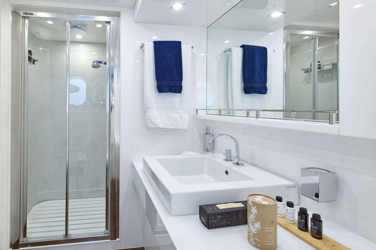 WHITE KNIGHT Yacht Charter - Twin Bath