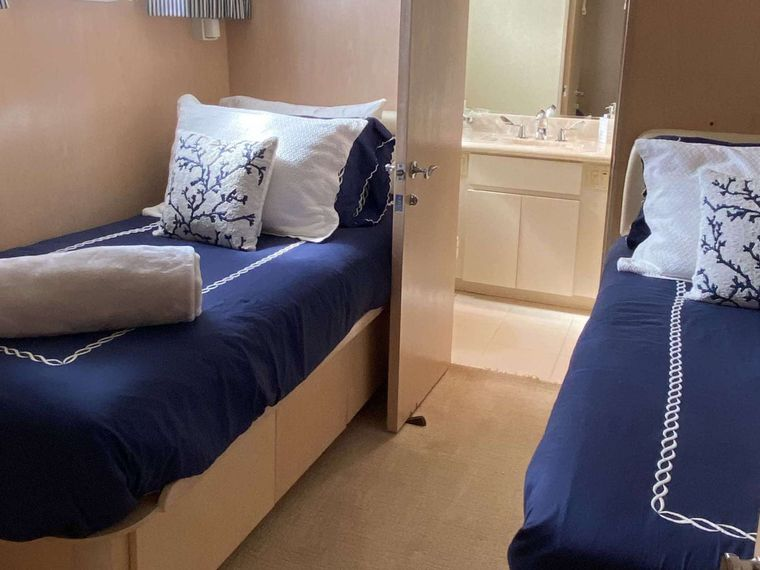 LADY GRAY Yacht Charter - Twin Guest Cabin with Pullman