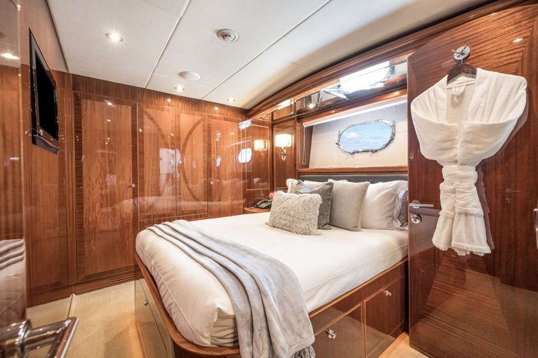 LIMITLESS Yacht Charter - Queen Stateroom 1
