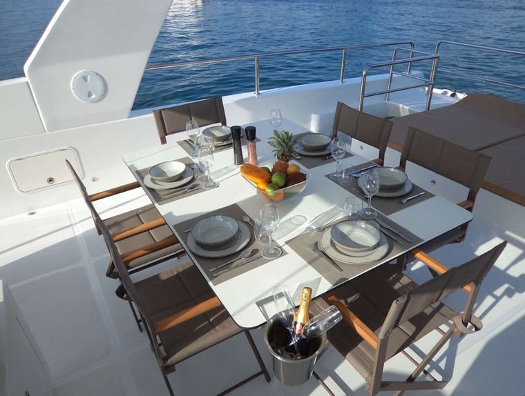 OVER REEF Yacht Charter - Sundeck Dining
