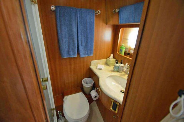 ELLA CLARE Yacht Charter - Guest Bath by Twin Cabin