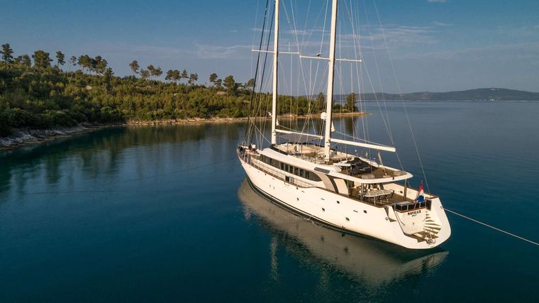 NAVILUX Yacht Charter - At anchor