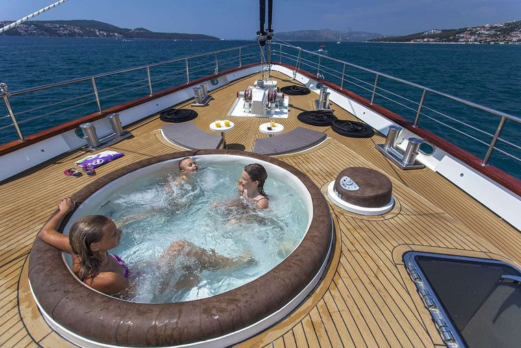 NAVILUX Yacht Charter - Foredeck