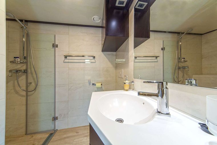 NAVILUX Yacht Charter - Marilyn twin ensuite