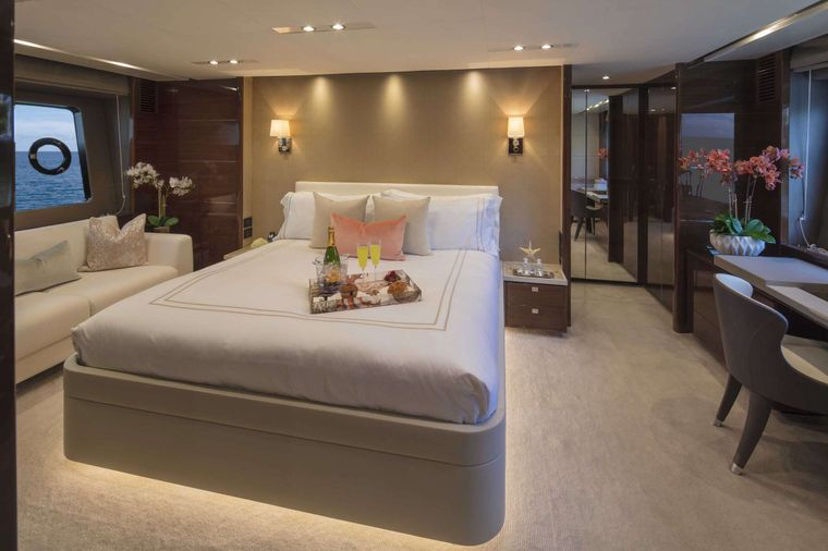 HOT PURSUIT Yacht Charter - Master Stateroom