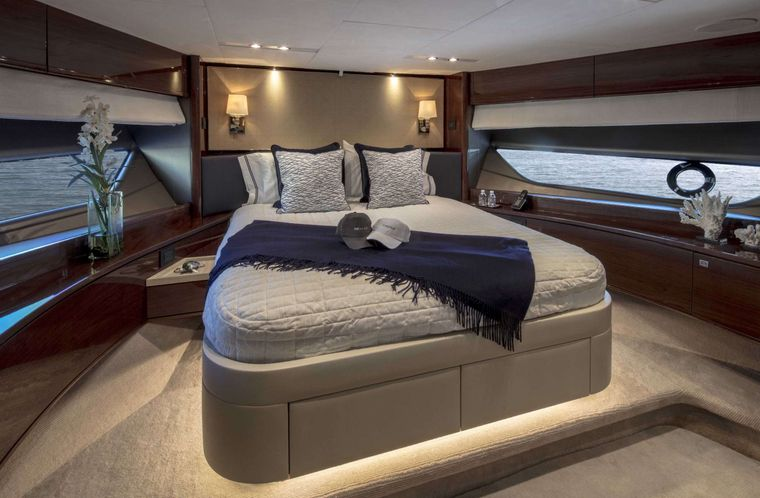 HOT PURSUIT Yacht Charter - Forward VIP Stateroom