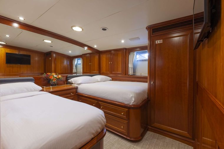 S/Y Kaori Yacht Charter - Stateroom with full bed and en suite with an additional single bed for child . A/C, smart TV and closet