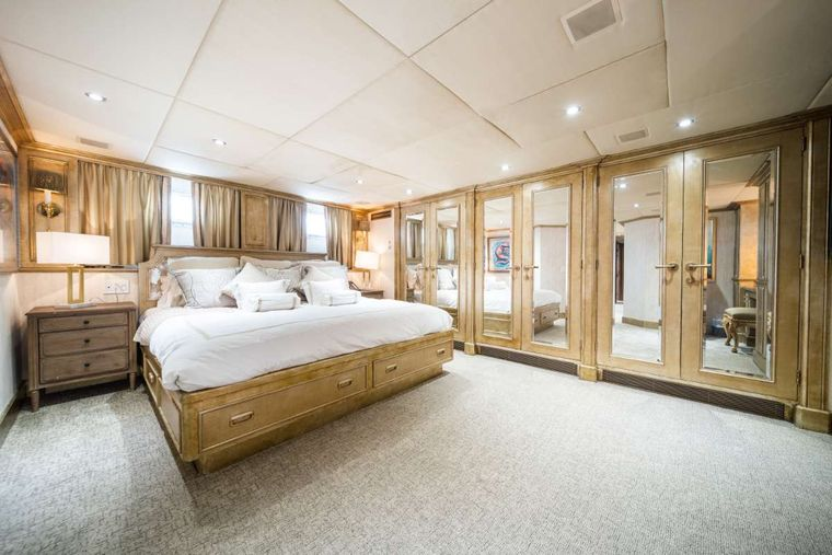 OCEAN DRIVE Yacht Charter - Master Cabin Bed
